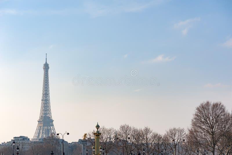Tour Eiffel contre le ciel bleu en hiver image stock