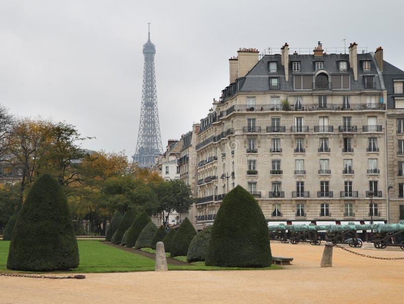 Tour Eiffel dans le brouillard photographie stock