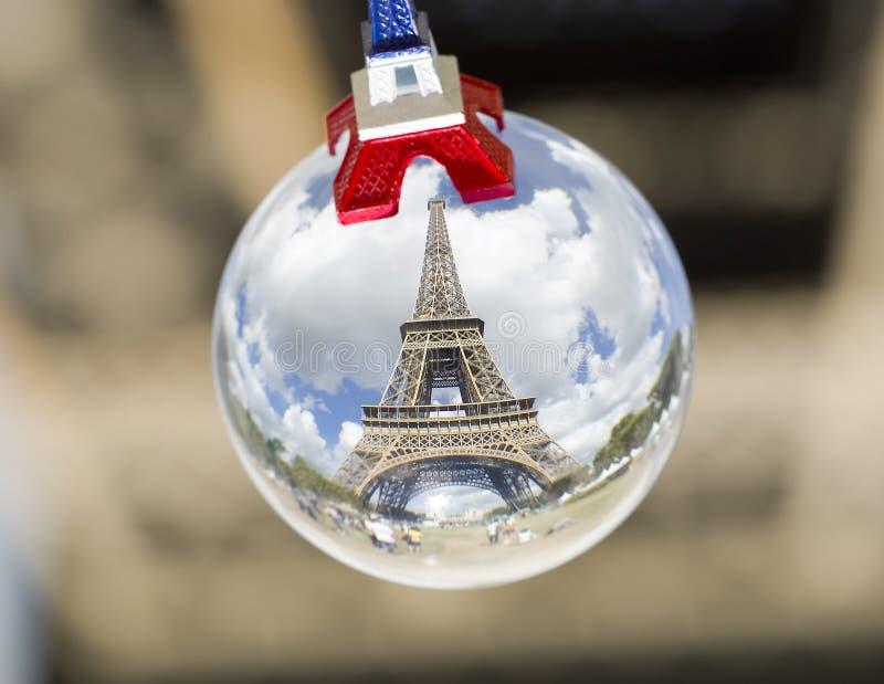 Tour Eiffel dans une sphère en cristal photographie stock