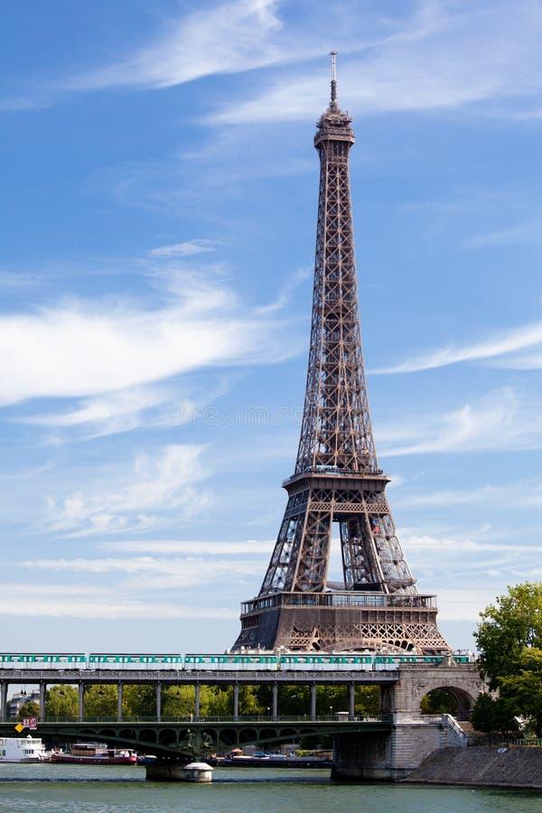 Tour Eiffel de borne limite nationale sur le fleuve de Seine photographie stock libre de droits