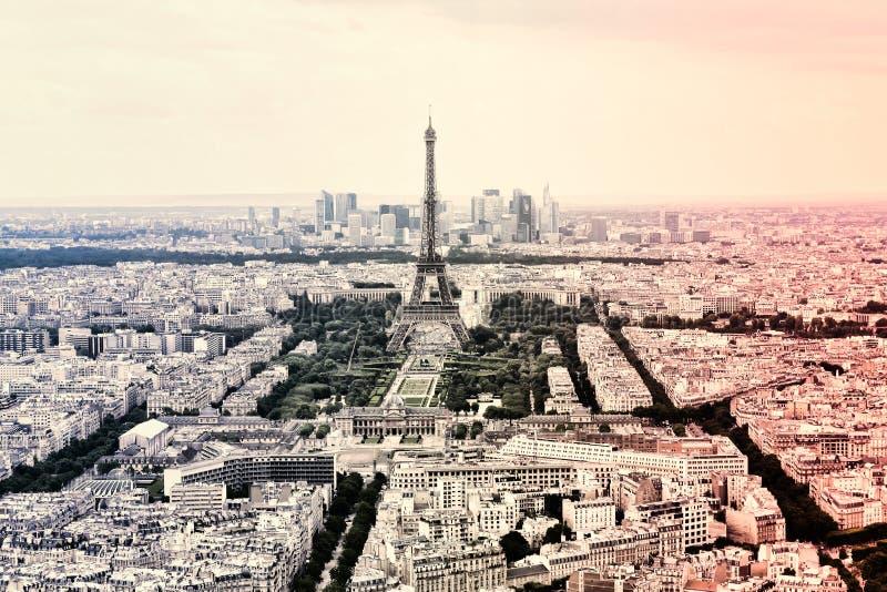 Tour Eiffel de panorama à Paris dans les couleurs du drapeau national français cru Style d'Eiffel de visite vieux rétro image libre de droits