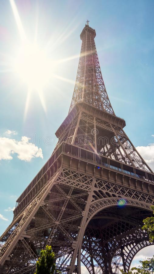 Tour Eiffel de Paris dans le jour brillant photos stock