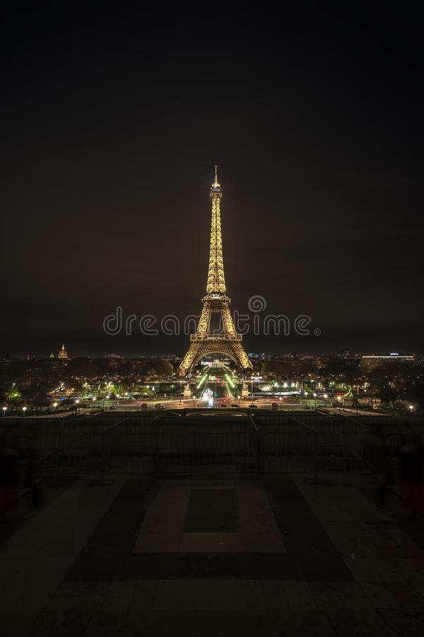 Tour Eiffel de Paris la nuit photo libre de droits