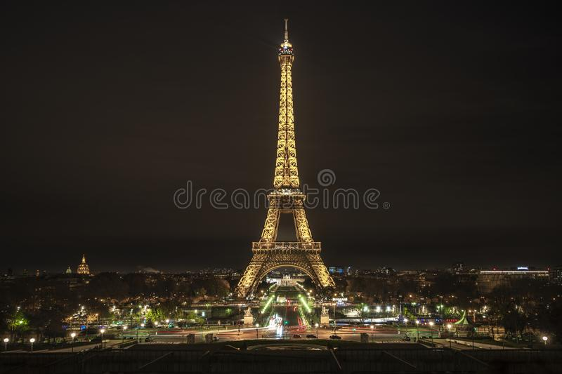 Tour Eiffel de Paris la nuit image stock