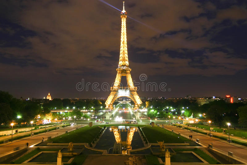 Tour Eiffel de Paris la nuit images libres de droits