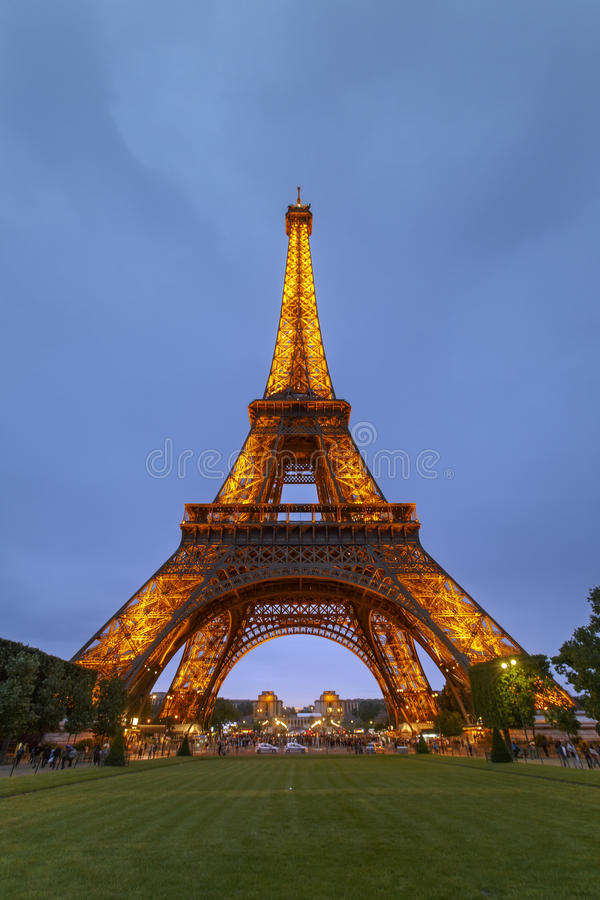 Tour Eiffel de Paris la nuit photos stock