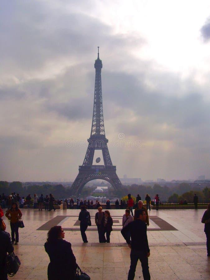 Tour Eiffel de Paris sur le ciel nuageux image libre de droits