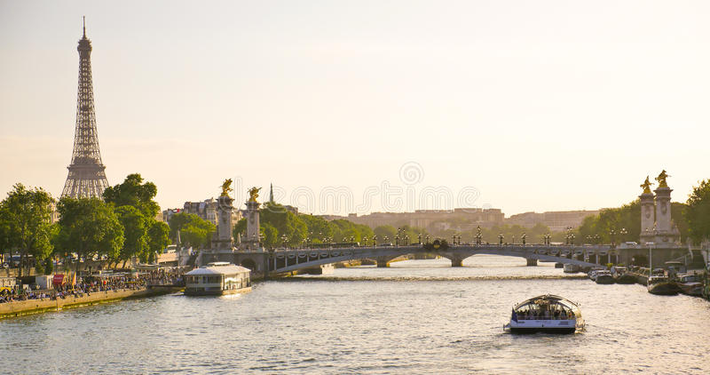 Tour Eiffel depuis le pont d'Alexandre III à Paris, France images libres de droits