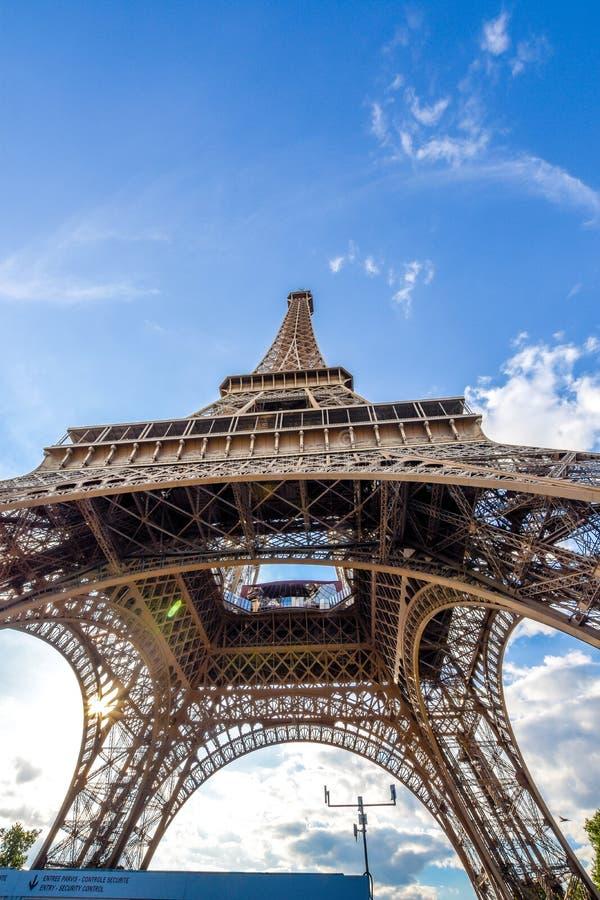 Tour Eiffel du fond dans les Frances photo stock