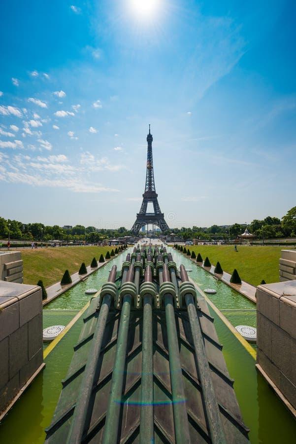 Tour Eiffel en été vu des fontaines photo stock