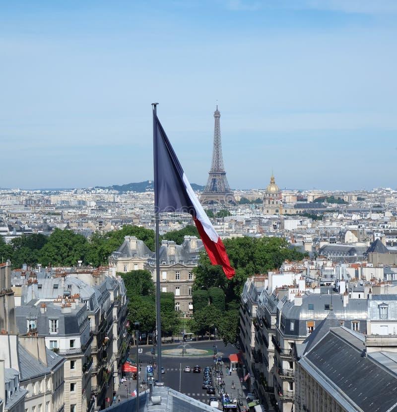 Tour Eiffel et drapeau français photo libre de droits