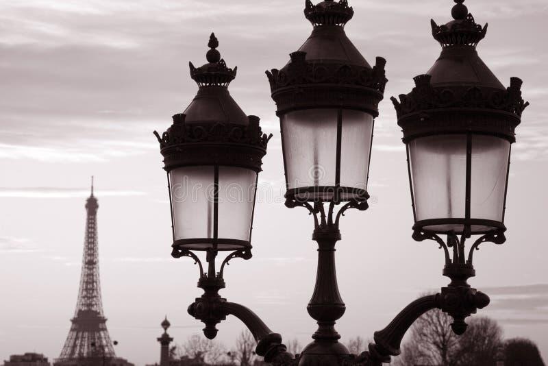 Tour Eiffel et lampadaire image libre de droits
