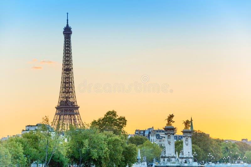 Tour Eiffel et Pont Alexandre III au coucher du soleil photographie stock libre de droits