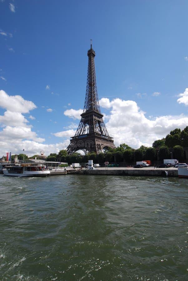 Tour Eiffel, l'eau, réflexion, ciel, l'atmosphère de la terre photos libres de droits