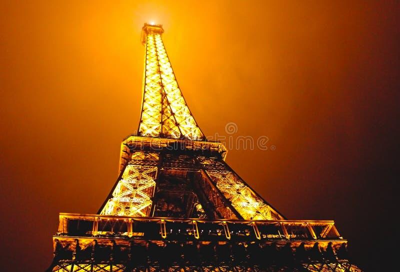 Tour Eiffel la nuit brumeux à Paris, France images stock
