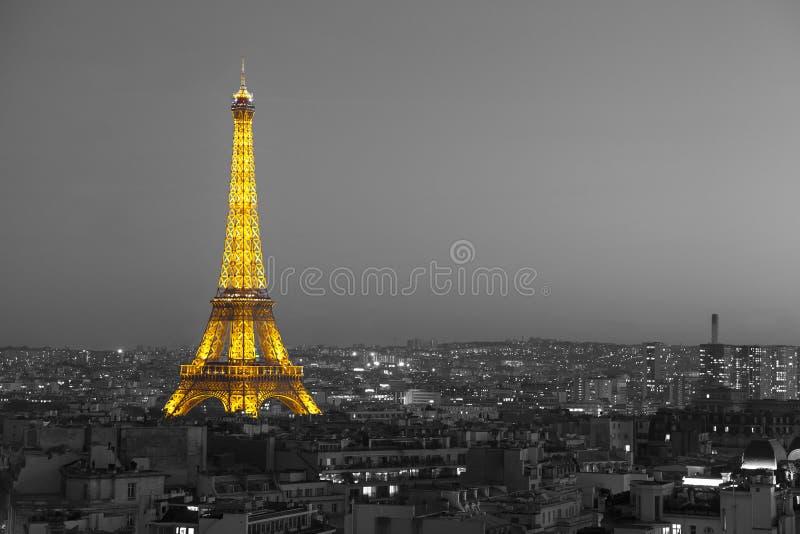 Tour Eiffel lumineux avec Paris noir et blanc photographie stock libre de droits