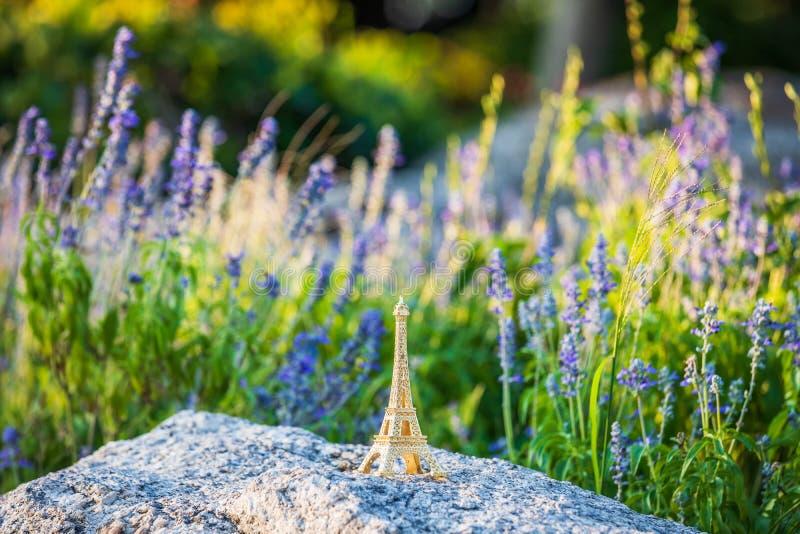 Tour Eiffel miniature dans le domaine de lavande figurine de monument photo stock