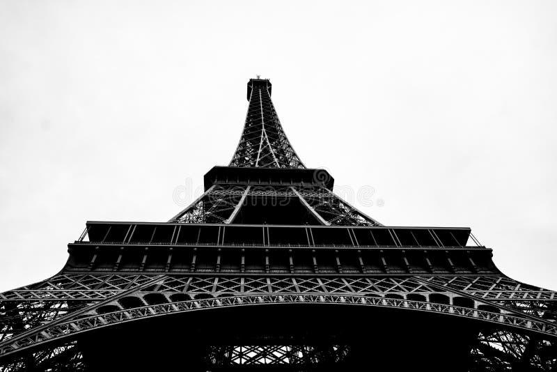 Tour Eiffel noir et blanc dans la ville des Frances de Paris photos stock