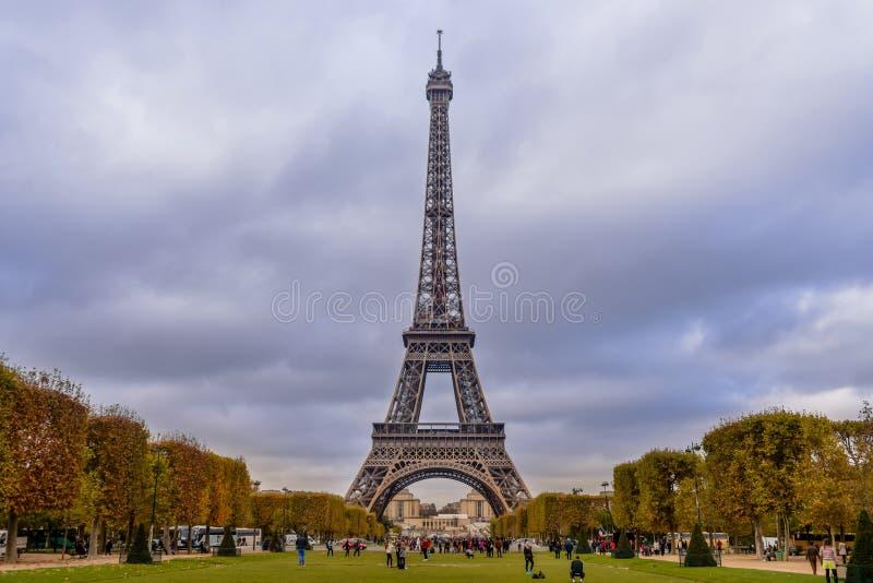 Tour Eiffel Paris avec des couleurs d'automne et la perspective centrale grande-angulaire photographie stock