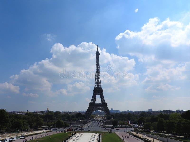 Tour Eiffel Paris, France Le point de repère historique célèbre sur la Seine Romantique, de touristes, symbole de la grandeur de photos stock