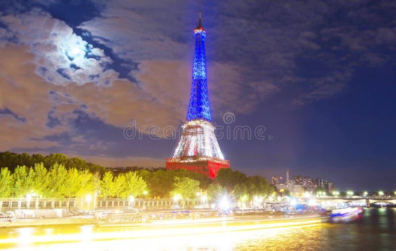 Tour Eiffel s'est allumé avec des couleurs de drapeau national français images stock