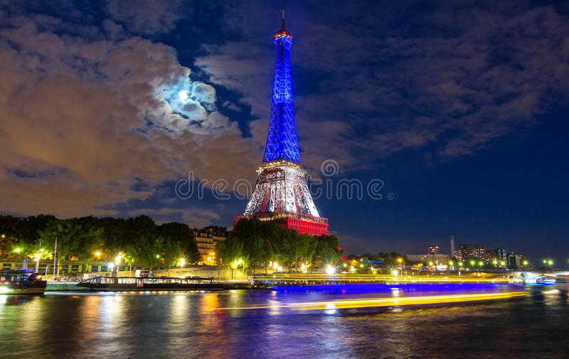 Tour Eiffel s'est allumé avec des couleurs de drapeau national français, Paris, France photo libre de droits
