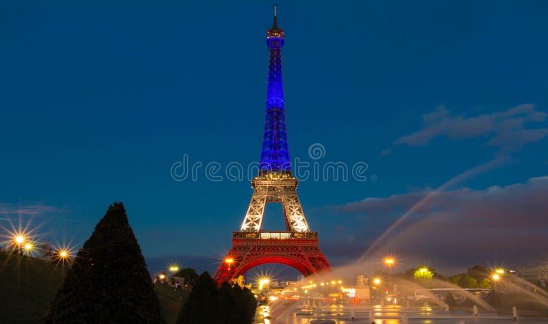 Tour Eiffel s'est allumé avec les couleurs du drapeau national français image libre de droits