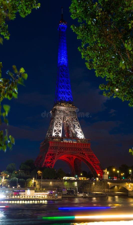 Tour Eiffel s'est allumé avec les couleurs du drapeau national français photographie stock