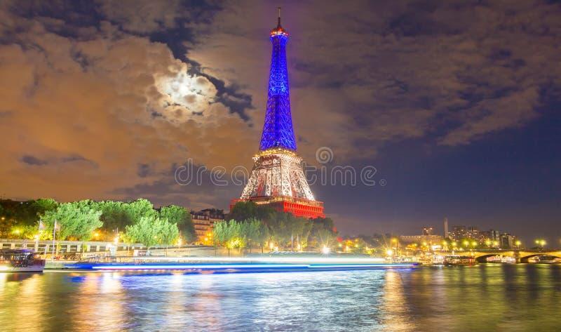 Tour Eiffel s'est allumé avec les couleurs du drapeau national français, photos libres de droits
