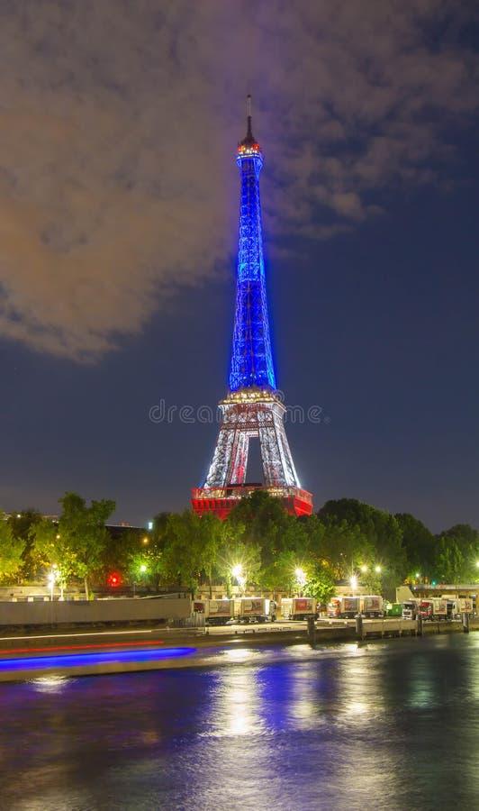 Tour Eiffel s'est allumé avec les couleurs du drapeau national français, image libre de droits