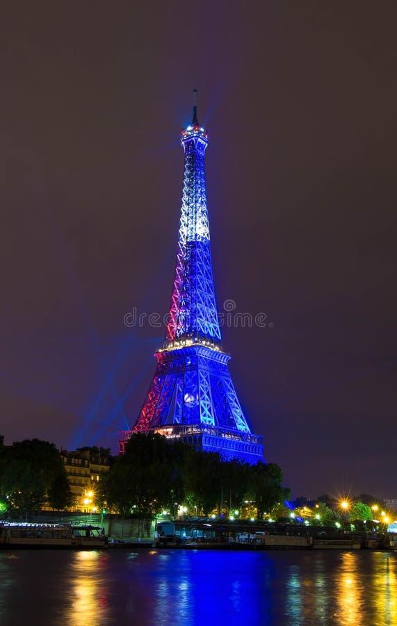 Tour Eiffel s'est allumé en couleurs de drapeau français, Paris, France image stock