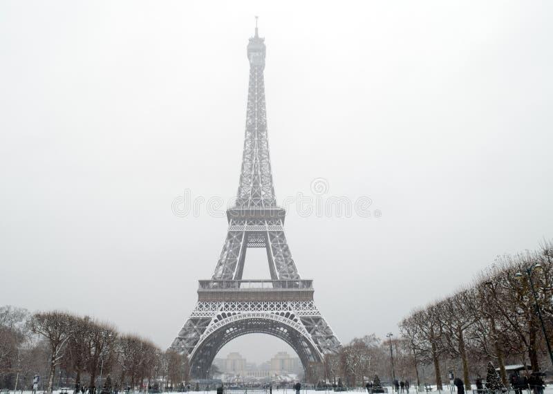 Tour Eiffel sous la neige en baisse image stock