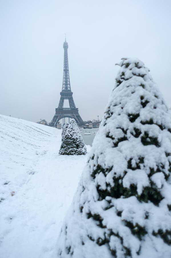 Tour Eiffel sous la neige en hiver à Paris photos libres de droits