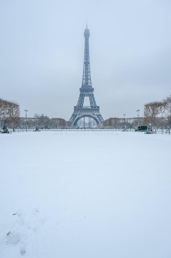 Tour Eiffel sous la neige en hiver à Paris image stock
