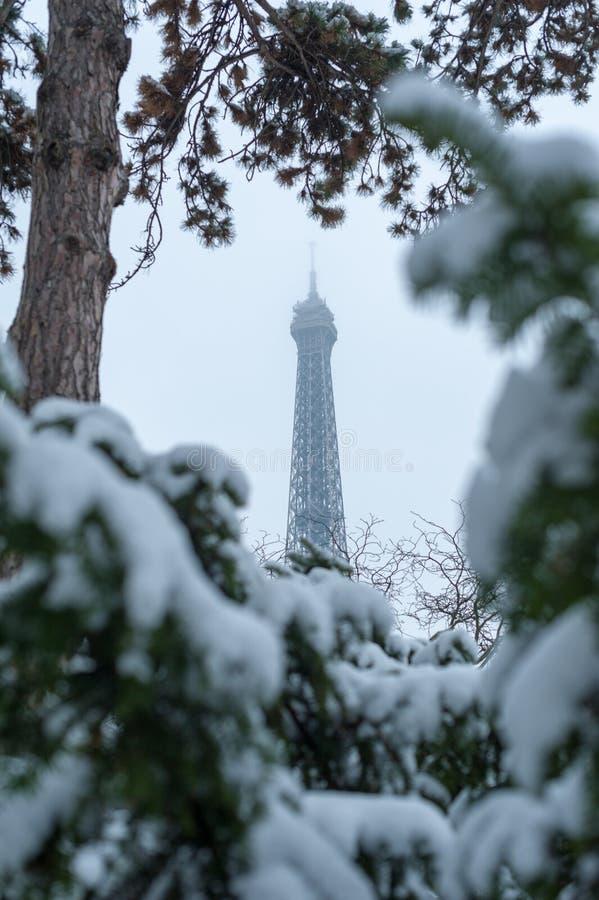 Tour Eiffel sous la neige en hiver à Paris photo stock