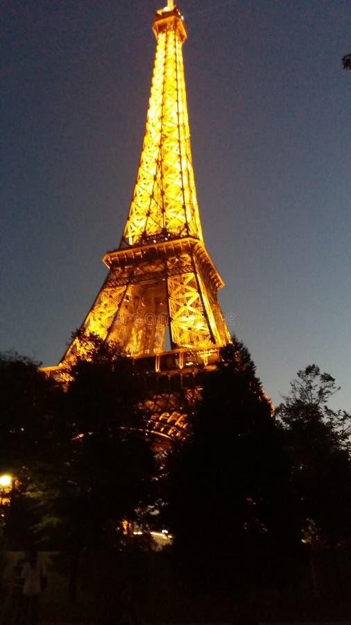 Tour Eiffel, vue de nuit, briller lumineux comme un diamant dans la ville des lumières images stock