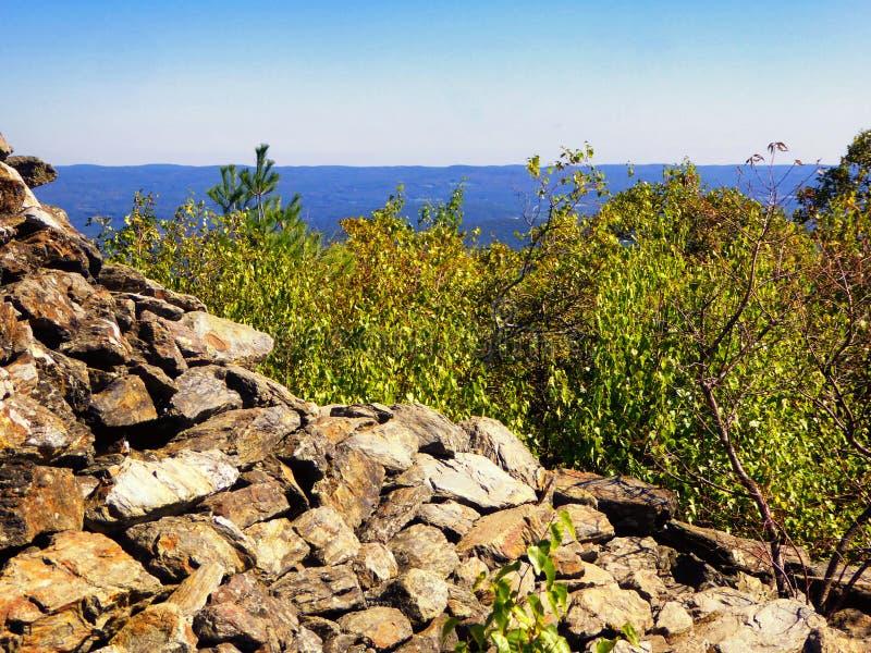 Tour en pierre pyramidale sur la montagne d'ours image libre de droits