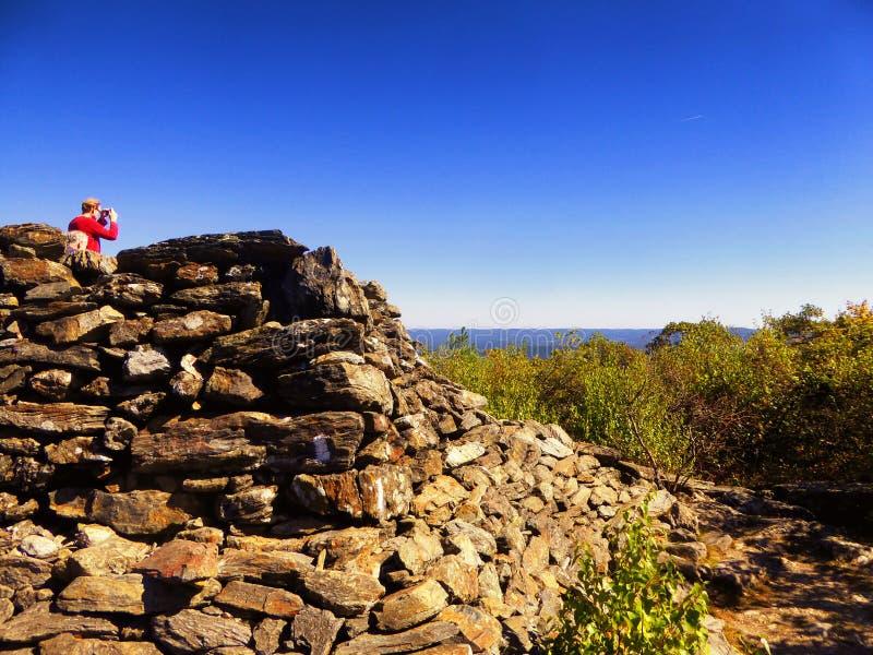 Tour en pierre pyramidale sur la montagne d'ours images stock