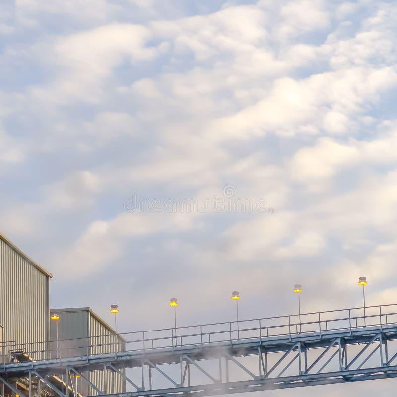 Tour et b?timents carr?s clairs d'une centrale avec la vapeur se levant dans le ciel de vall?e de l'Utah photos libres de droits