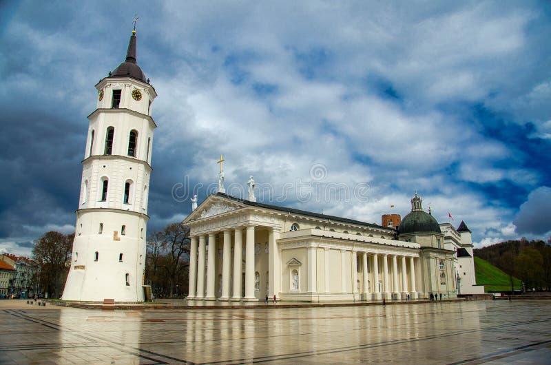 Tour et basilique de Bell sur la place de cathédrale, Vilnius, Lithuanie photographie stock libre de droits