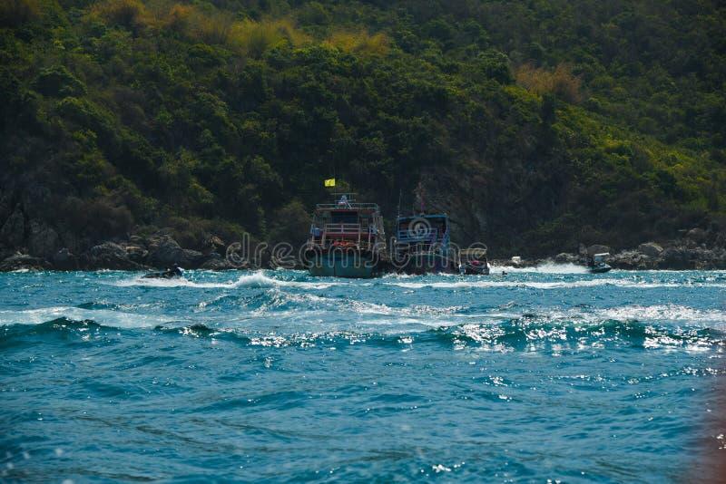 Tour et bateaux de bateau à l'arrière-plan de mer d'océan de montagne de vert d'île image libre de droits