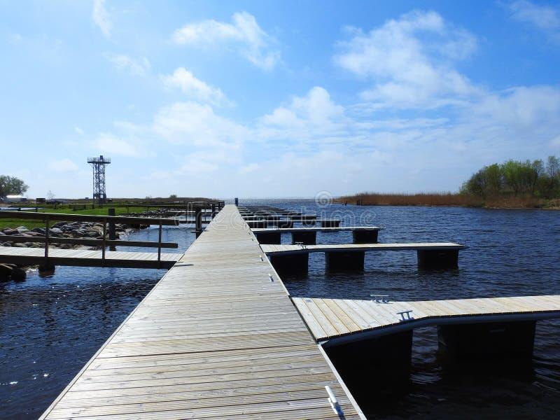 Tour et bateaux de observation gardant des endroits, Lithuanie photographie stock