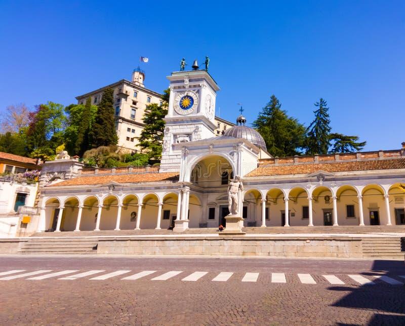 Tour et château d'horloge dans Piazza Liberta Udine photographie stock libre de droits