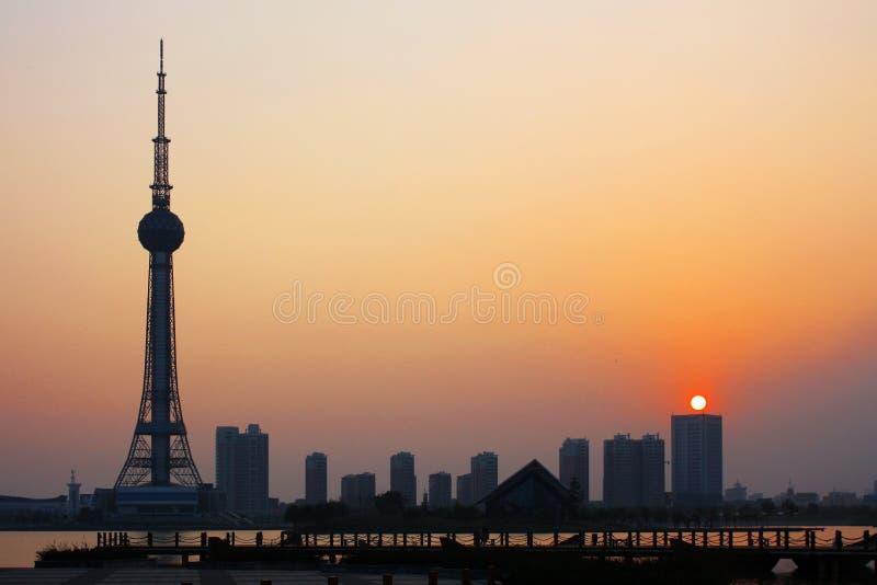 Tour et coucher du soleil de télévision photo stock