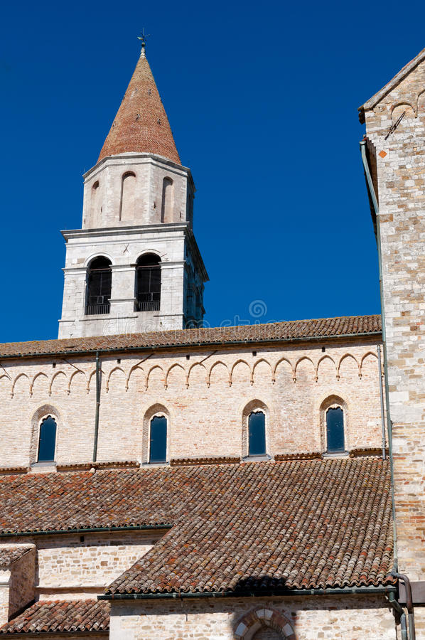 Tour et dessus de toit de basilique d'Aquileia photo libre de droits