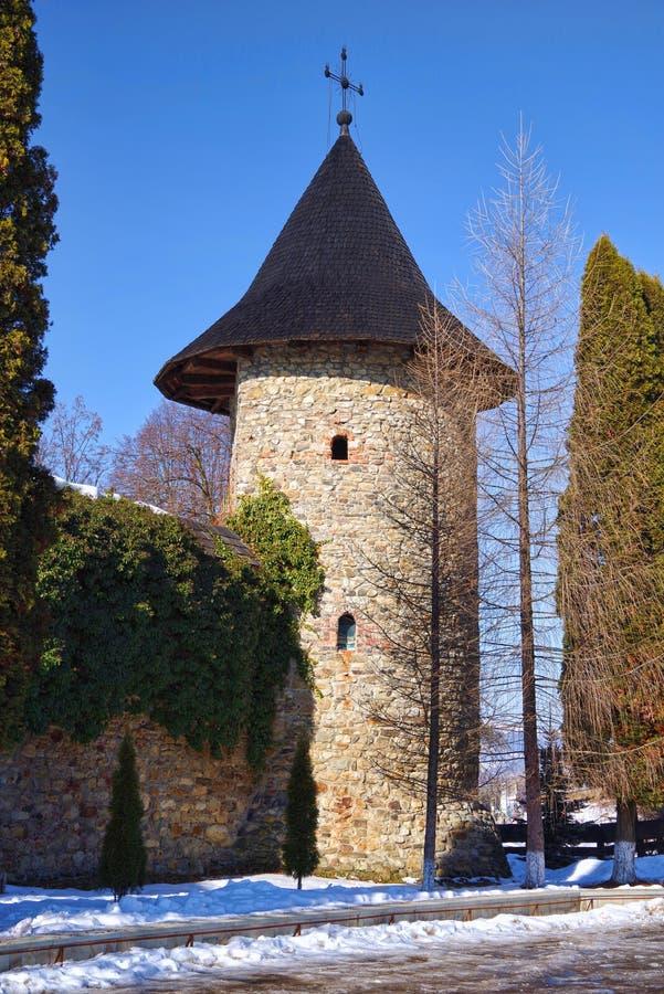 Tour et murs défensifs à un monastère médiéval photographie stock libre de droits