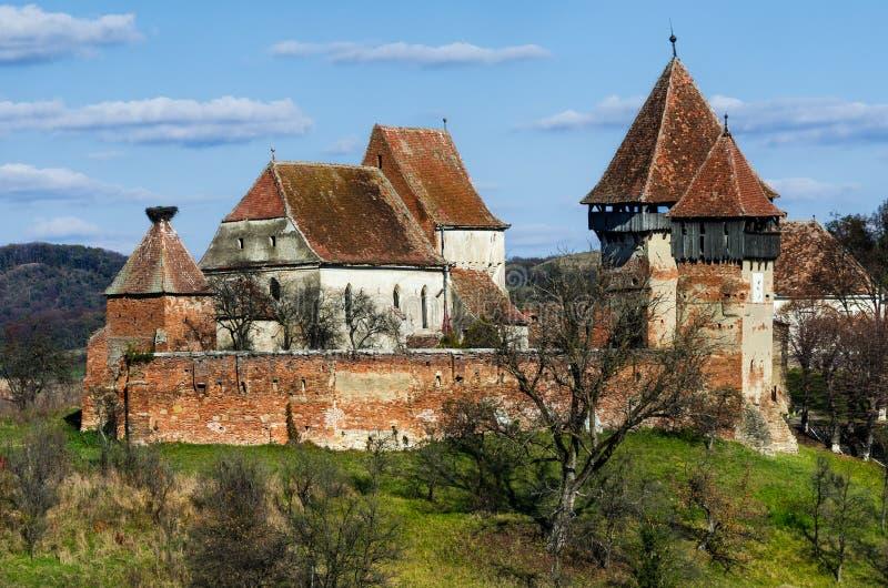 Tour et murs d'église enrichie Alma Vii, la Transylvanie. Roma images stock