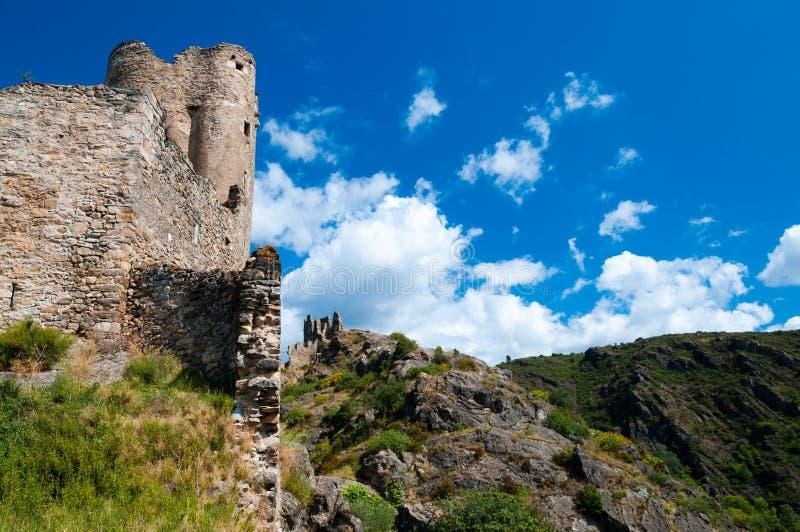 Tour et murs de Quertinheux sur le grand paysage chez Lastours images libres de droits