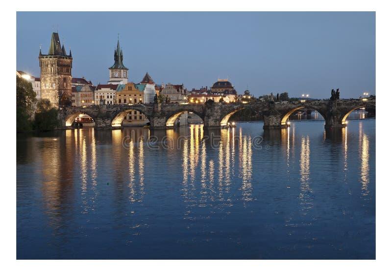 Tour et pont de Prague par nuit image libre de droits