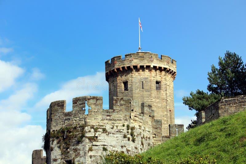Tour et remparts d'un château anglais médiéval sur un m herbeux image libre de droits